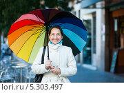 Купить «Улыбающаяся женщина в возрасте с разноцветным зонтом», фото № 5303497, снято 29 января 2020 г. (c) Яков Филимонов / Фотобанк Лори