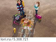 Купить «Дети играют в классики», фото № 5308721, снято 6 октября 2013 г. (c) Сергей Новиков / Фотобанк Лори