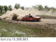 Спортивный автомобиль на грунтовой трассе. Авто-кросс (2011 год). Редакционное фото, фотограф Сергей Плешаков / Фотобанк Лори