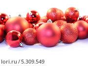 Новогодние красные елочные шары. Стоковое фото, фотограф Александра Полупанова / Фотобанк Лори