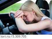 Купить «уставшая женщина за рулем автомобиля», фото № 5309705, снято 14 мая 2013 г. (c) Андрей Попов / Фотобанк Лори