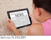 Купить «девушка читает газету на цифровом планшете», фото № 5310097, снято 10 августа 2013 г. (c) Андрей Попов / Фотобанк Лори