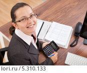 улыбающаяся девушка работает в офисе, фото № 5310133, снято 10 августа 2013 г. (c) Андрей Попов / Фотобанк Лори