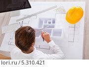 Купить «Архитектор делает макет здания», фото № 5310421, снято 24 августа 2013 г. (c) Андрей Попов / Фотобанк Лори