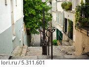 Купить «Одна из улиц в знаменитом районе Монмартр. Париж, Франция», фото № 5311601, снято 21 мая 2013 г. (c) Татьяна Кахилл / Фотобанк Лори