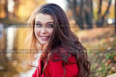 Красивая молодая девушка гуляет по парку