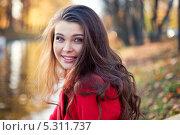 Красивая молодая девушка гуляет по парку (2013 год). Стоковое фото, фотограф Лилия Коробейникова / Фотобанк Лори