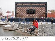 Купить «Скандальный павильон-чемодан с логотипом модного дома Louis Vuitton (Луи Виттон) на Красной площади», эксклюзивное фото № 5313777, снято 27 ноября 2013 г. (c) Алёшина Оксана / Фотобанк Лори