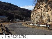 Купить «Опасный поворот на горной дороге», фото № 5313793, снято 22 ноября 2013 г. (c) Игорь Веснинов / Фотобанк Лори