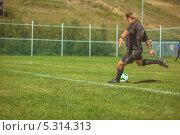 Футболист бьет по мячу (2013 год). Редакционное фото, фотограф Артём Ласьков / Фотобанк Лори
