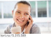 красивая девушка говорит по телефону. Стоковое фото, фотограф Андрей Попов / Фотобанк Лори