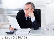 Купить «деловой мужчина показывает язык», фото № 5316169, снято 21 июля 2013 г. (c) Андрей Попов / Фотобанк Лори