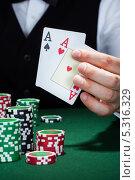 Купить «два туза в мужской руке крупным планом», фото № 5316329, снято 21 июля 2013 г. (c) Андрей Попов / Фотобанк Лори