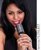 Купить «молодая женщина держит ретро-микрофон», фото № 5316817, снято 6 апреля 2013 г. (c) Андрей Попов / Фотобанк Лори