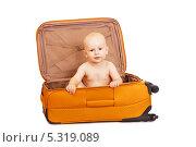 Маленький ребенок сидит в чемодане. Стоковое фото, фотограф Rumo / Фотобанк Лори
