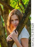 Купить «Портрет молодой девушки стоящей посередине дерева», эксклюзивное фото № 5319629, снято 27 мая 2013 г. (c) Игорь Низов / Фотобанк Лори