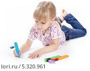 Купить «Маленькая девочка рисует разноцветными фломастерами», фото № 5320961, снято 4 ноября 2013 г. (c) Галина Михалишина / Фотобанк Лори