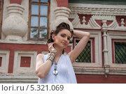 Купить «Девушка в белом с украшениями», фото № 5321069, снято 18 июля 2013 г. (c) Александра Орехова / Фотобанк Лори