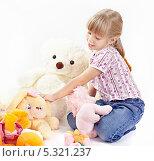 Купить «Девочка играет с мягкими игрушками», фото № 5321237, снято 4 ноября 2013 г. (c) Галина Михалишина / Фотобанк Лори