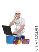 Купить «Маляр сидит среди банок с краской перед ноутбуком и звонит по телефону», фото № 5322681, снято 18 ноября 2009 г. (c) Phovoir Images / Фотобанк Лори
