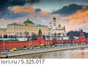 Купить «Кремлевская набережная. Большой Кремлевский Дворец (закат). Москва», фото № 5325017, снято 30 ноября 2013 г. (c) Екатерина Овсянникова / Фотобанк Лори