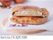 Купить «Ржаной пирог с рыбой и луком», фото № 5325109, снято 1 декабря 2013 г. (c) Наталья Евстигнеева / Фотобанк Лори