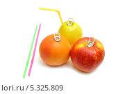 Купить «Свежие фрукты с консервными открывалками. Концепция натуральных соков. На белом фоне», эксклюзивное фото № 5325809, снято 1 декабря 2013 г. (c) Юрий Морозов / Фотобанк Лори