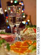 Бокалы с шампанским на праздничном столе. Стоковое фото, фотограф Лукманов Виталий / Фотобанк Лори