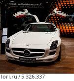 Автомобиль Mercedes-Benz SLS AMG в автосалоне (2011 год). Редакционное фото, фотограф Юлия Бабкина / Фотобанк Лори