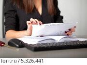 Купить «Девушка секретарь сортирует письма по размеру», фото № 5326441, снято 30 ноября 2013 г. (c) Баевский Дмитрий / Фотобанк Лори