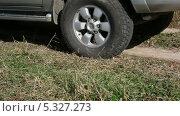 Купить «Автомобиль едет по проселочной дороге», видеоролик № 5327273, снято 12 ноября 2013 г. (c) Фотограф / Фотобанк Лори