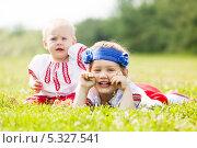 Купить «Веселые дети в национальной одежде играют на лугу летом», фото № 5327541, снято 15 июня 2013 г. (c) Яков Филимонов / Фотобанк Лори