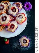 Кексы с клубничным джемом, посыпанные сахарной пудрой. Стоковое фото, фотограф Ульяна Хорунжа / Фотобанк Лори