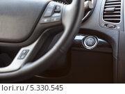 Купить «Интерьер автомобиля, кнопка пуска двигателя под рулем», фото № 5330545, снято 30 ноября 2013 г. (c) Кекяляйнен Андрей / Фотобанк Лори