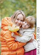 Купить «Счастливая мама с дочерью в осеннем парке», фото № 5331093, снято 20 сентября 2013 г. (c) Дмитрий Калиновский / Фотобанк Лори