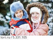 Купить «Портрет счастливых детей в зимней одежде», фото № 5331105, снято 26 ноября 2013 г. (c) Дмитрий Калиновский / Фотобанк Лори