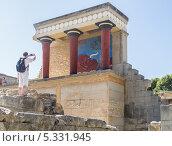Турист фотографирует руины Кносского дворца. Крит, Греция (2012 год). Редакционное фото, фотограф Екатерина Радомская / Фотобанк Лори
