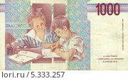 """Купить «Итальянские лиры. 1000 лир, 1990 года. Реверс. Картина А. Спадини """"Дети в классе""""», эксклюзивное фото № 5333257, снято 30 ноября 2013 г. (c) Юрий Морозов / Фотобанк Лори"""