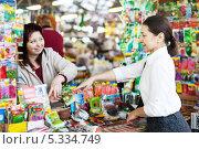 Купить «Женщина выбирает пакетик с семенами в магазине», фото № 5334749, снято 24 января 2013 г. (c) Яков Филимонов / Фотобанк Лори