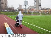 Купить «Молодая мама в резиновых сапогах гуляет с коляской по спортивной дорожке», эксклюзивное фото № 5336033, снято 6 ноября 2013 г. (c) Родион Власов / Фотобанк Лори
