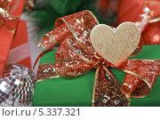Купить «Бант с сердечком на подарочной коробке», фото № 5337321, снято 4 декабря 2013 г. (c) Элина Гаревская / Фотобанк Лори