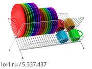 Купить «Сушилка для посуды с разноцветными тарелками и кружками», иллюстрация № 5337437 (c) Максим Бондарчук / Фотобанк Лори