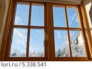 Современное деревянное окно с видом на зимнюю улицу. Стоковое фото, фотограф Татьяна Кахилл / Фотобанк Лори