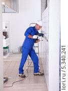 Купить «рабочий использует электродрель», фото № 5340241, снято 4 ноября 2010 г. (c) Phovoir Images / Фотобанк Лори