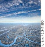 Купить «Вид сверху на зимний лес с рекой», фото № 5341893, снято 20 января 2012 г. (c) Владимир Мельников / Фотобанк Лори
