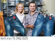 Купить «Парень и девушка выбирают себе джинсы в магазине», фото № 5342025, снято 25 августа 2011 г. (c) Дмитрий Калиновский / Фотобанк Лори