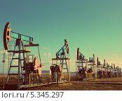 Купить «Несколько работающих нефтяных наносов. Винтажный ретростиль», фото № 5345297, снято 19 октября 2018 г. (c) Михаил Коханчиков / Фотобанк Лори