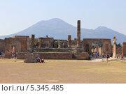 Развалины Помпеи на фоне Везувия. Италия (2011 год). Редакционное фото, фотограф Иван Козлов / Фотобанк Лори