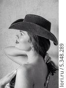 Купить «Девушка в ковбойской шляпе», фото № 5348289, снято 5 августа 2013 г. (c) Светлана Голубкова / Фотобанк Лори