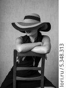 Купить «Девушка в черном платье и в шляпе на стуле», фото № 5348313, снято 5 августа 2013 г. (c) Светлана Голубкова / Фотобанк Лори